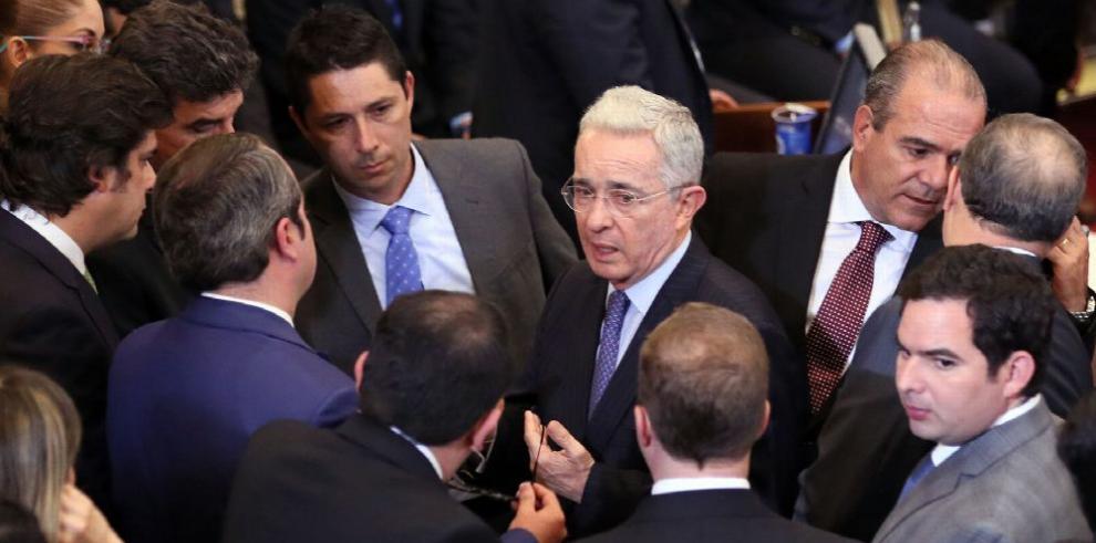 Uribe acusa a Santos y al MI6 británico de 'conspirar' en su contra