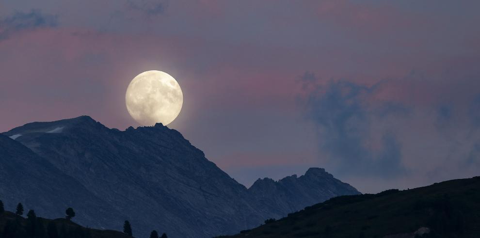 La Luna se teñirá de rojo mañana, durante su eclipse más largo del siglo