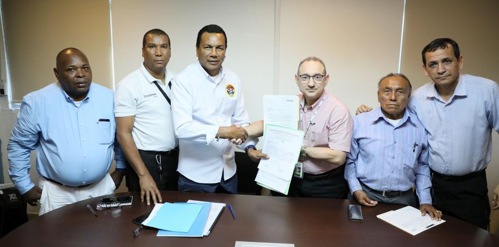 Taxistas firman convenio para recoger pasajeros en el Aeropuerto de Tocumen