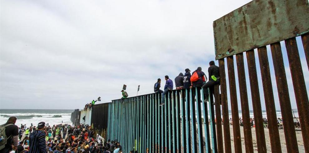 Cientos de migrantes llegan a garita internacional a pedir asilo en EEUU