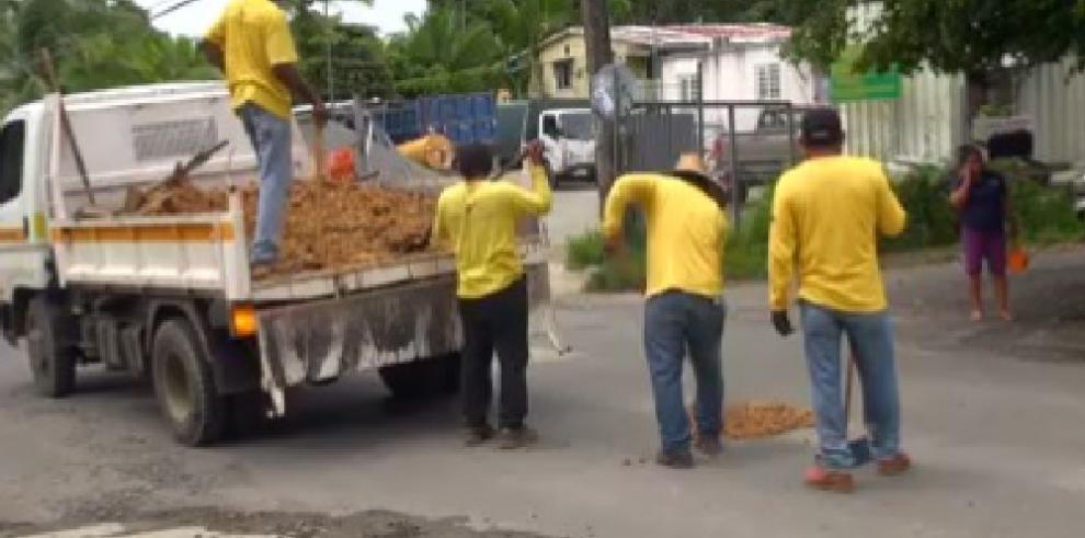 MOP repara las huecos con tierra en vez de asfalto en Bocas del Toro