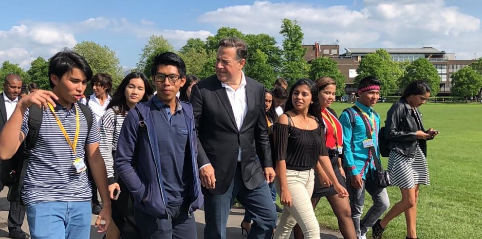 Varela visita a estudiantes de Panamá Bilingüe en Cambridge