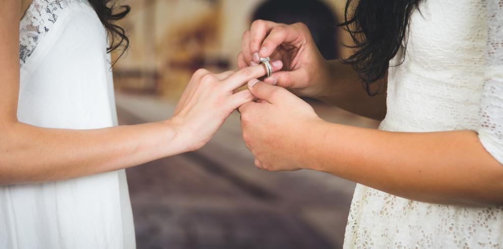 Profesora de escuela católica en Miami es despedida tras casarse con su novia