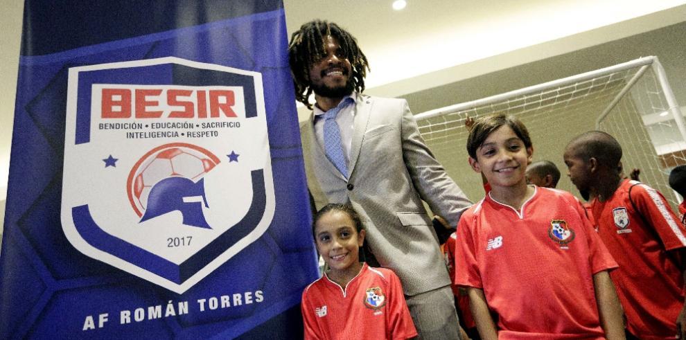 Román Torres presentó su academia de fútbol para niños