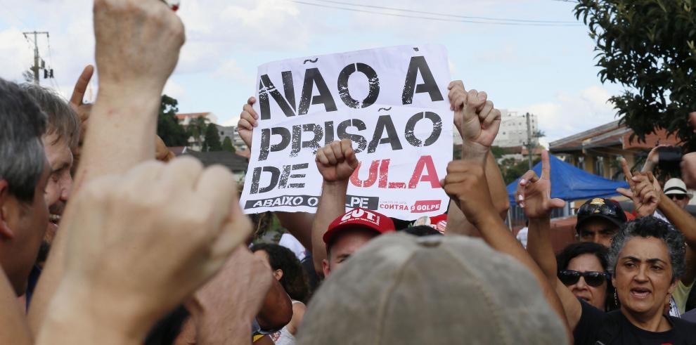 La militancia apoya a Lula frente a la cárcel y sus abogados buscan salidas