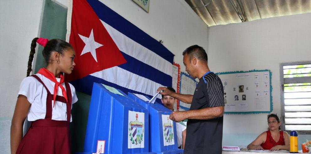 Cubanos votan relevo de Raúl Castro