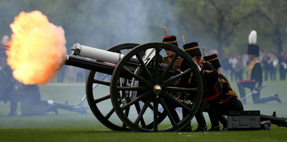 Más de cien cañonazos celebran el nacimiento del sexto bisnieto de Isabel II