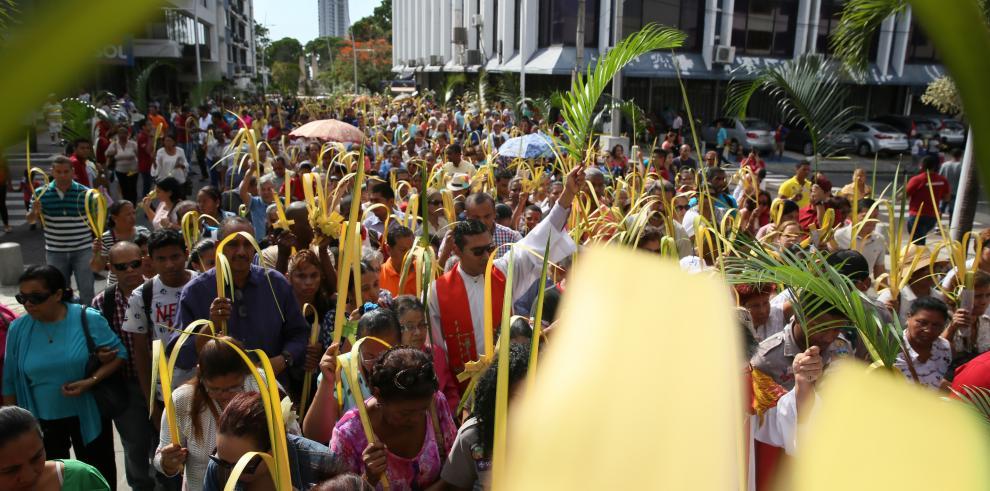 Panameños reviven últimas horas de Vía crucis de Jesús con visita a 7 templos