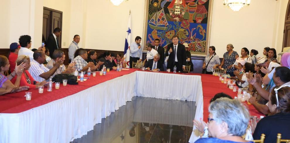 Varela se reúne con afectados por el dietilenglicol