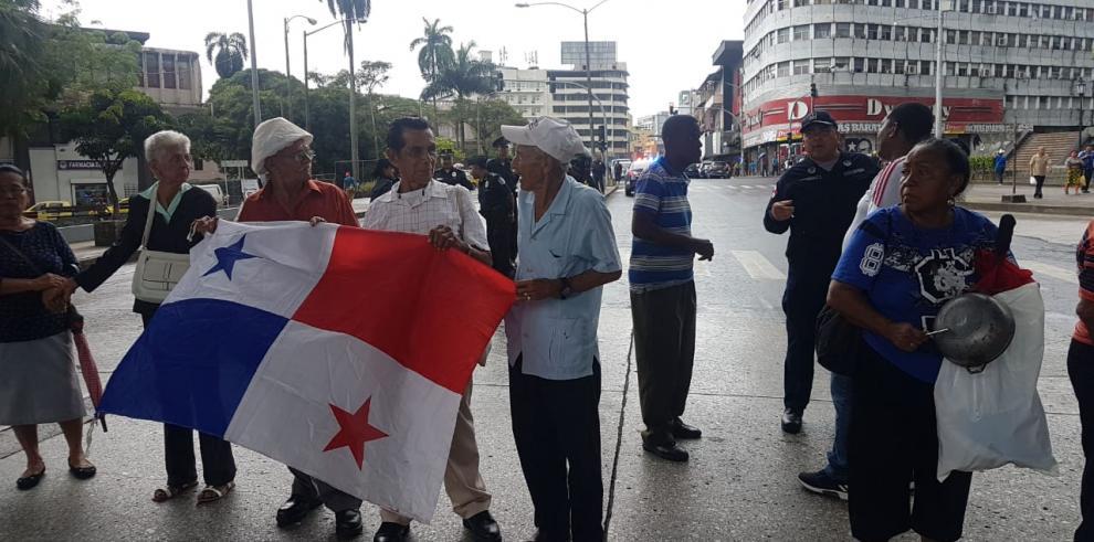 Adultos mayores vuelven a protestar para exigir aumento salarial en pensiones