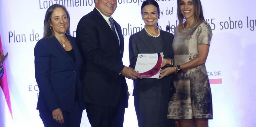 Varela firma reglamentación que impulsa la paridad de género