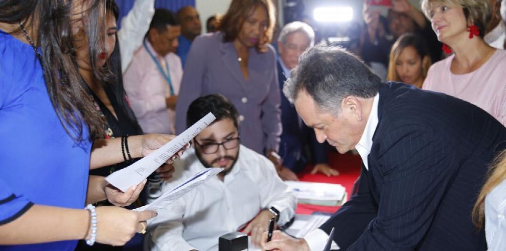 Juan C. Navarro se postula a la Presidencia por el PRD