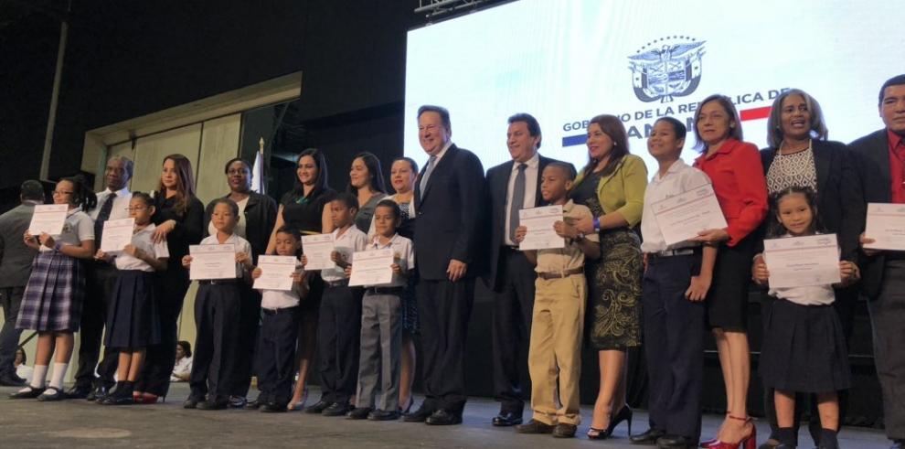 Varela entrega certificaciones a 286 centros escolares oficiales como bilingües