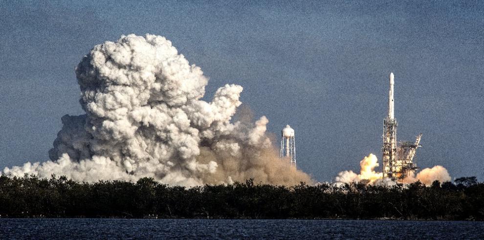 SpaceX lanza con éxito el Falcon Heavy al espacio llevando un Tesla Roadster rojo