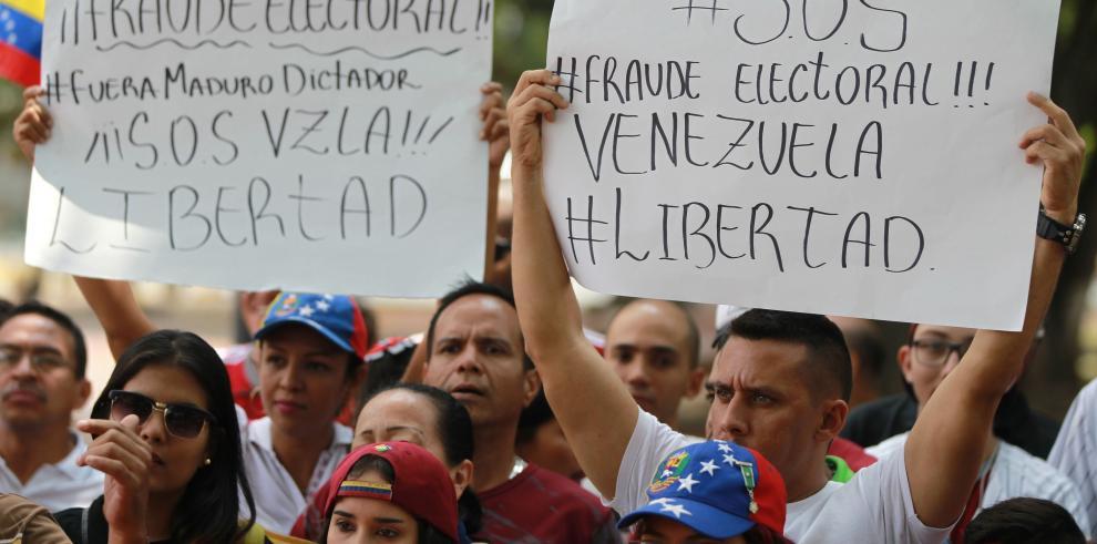Centenares de manifestantes protestan frente al consulado venezolano en Miami