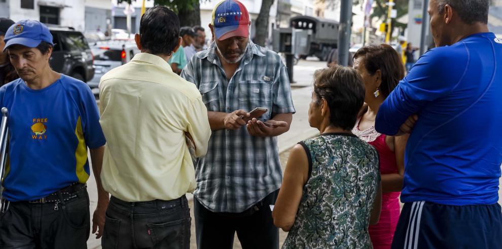 Centros electorales venezolanos van cerrando sin anuncio oficial