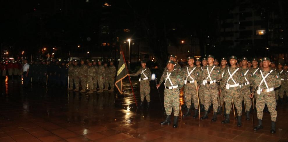 Tradicional desfile de antorchas en antesala de las fiestas patrias