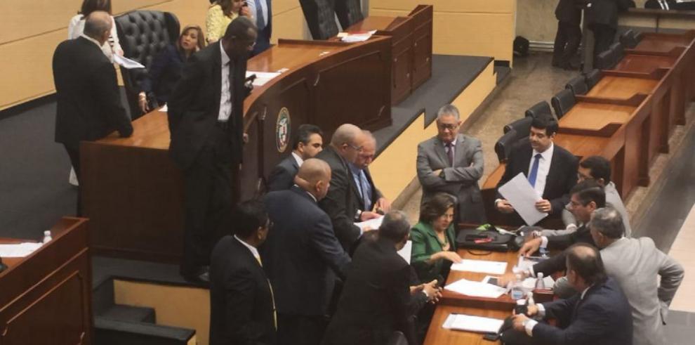 Ejecutivo en aprietos tras polémicos ajustes a ley de presupuesto