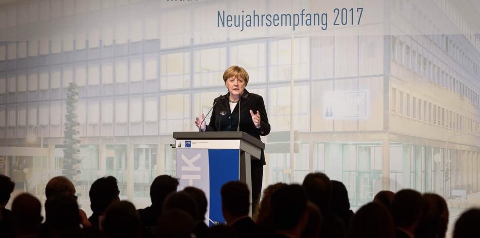 Merkel ratifica su compromiso con relanzamiento de Europa en futuro Gobierno
