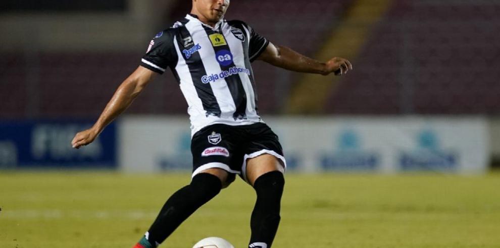 González aprueba y firma contrato