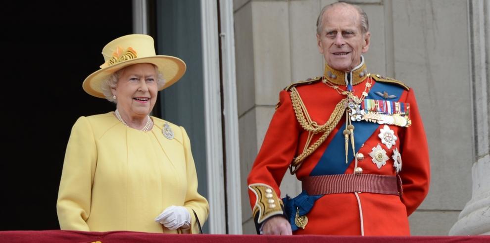 El duque de Edimburgo acudió a la boda de su nieto con una costilla rota
