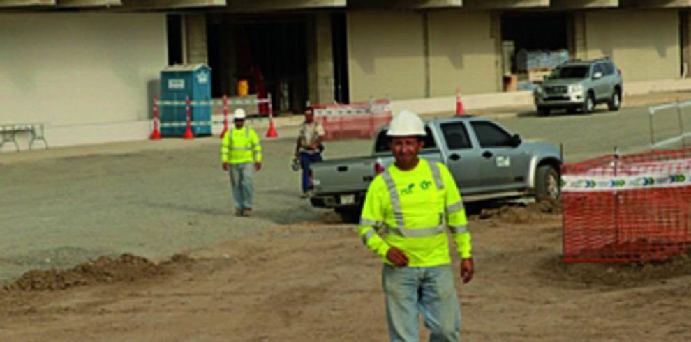 Obreros y subcontratista de Ciudad de la Salud chocan por salarios