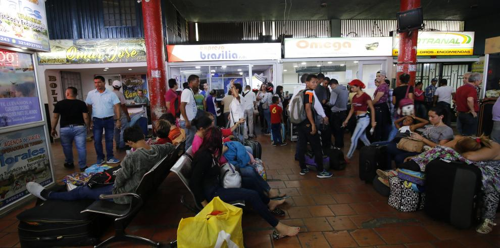 Ecuador usa brazaletes rojos para priorizar traslado a Perú de venezolanos
