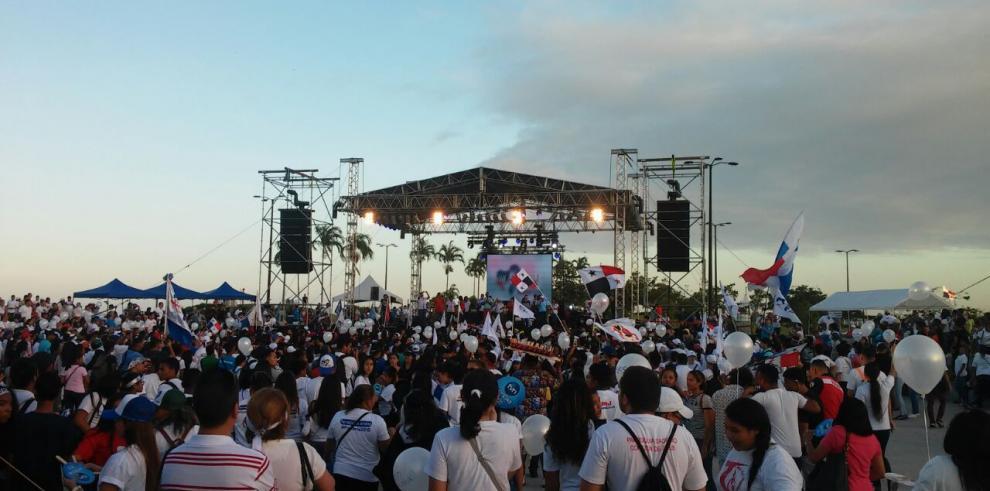 Jóvenes acudieron a la Cinta Costera para la cuenta regresiva de la JMJ