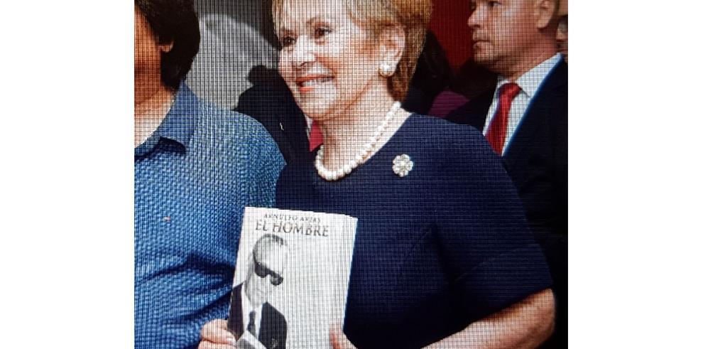 Mireya Moscoso presenta el libro