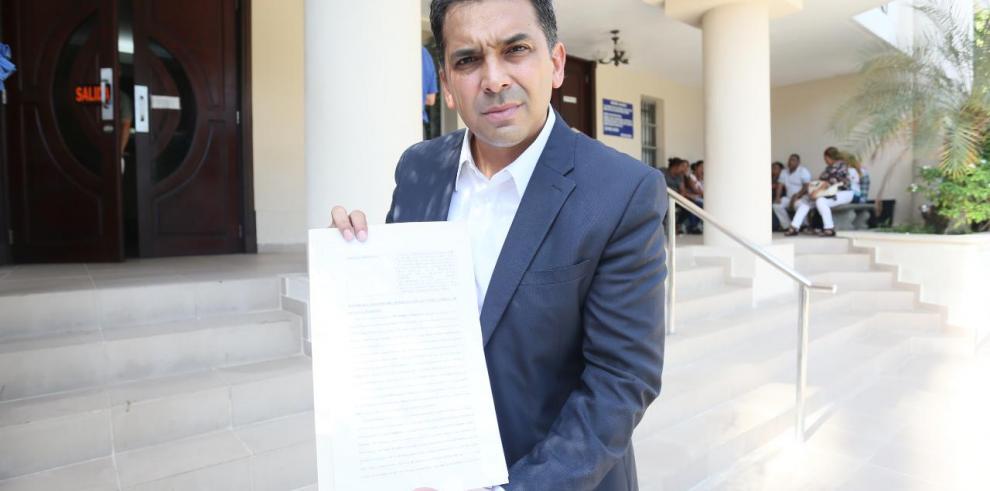 Lombana da seguimiento a su presentación de la denuncia penal contra diputados