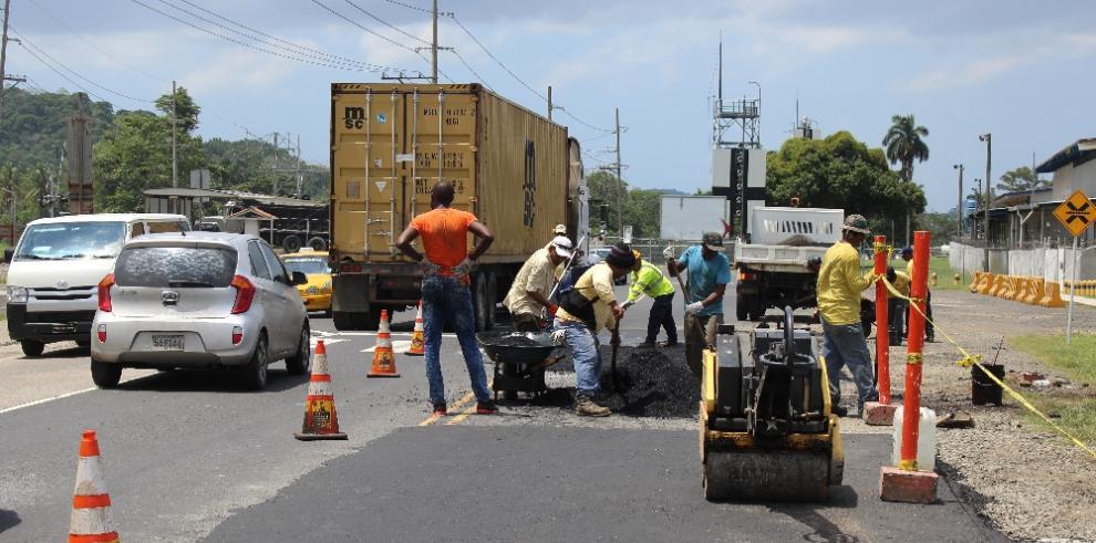 Se colocan 34 toneladas de asfalto en la Avenida Omar Torrijos