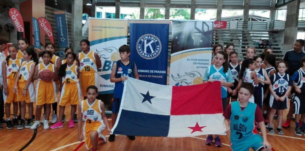 Pitazo inicial en el baloncesto Kiwanis