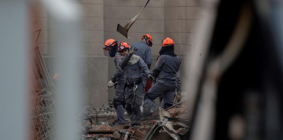 Continúa búsqueda de desaparecidos tras derrumbe de un edificio en Sao Paulo