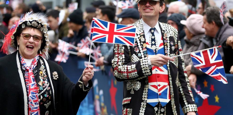 Miles de personas asisten al desfile de Año Nuevo en el centro de Londres