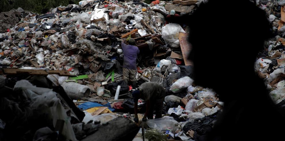28/09/2019 15:26 (UTC) Autor: EFEI0373 Temática: Medio ambiente Medio ambiente » Conservación Miembros de la Cooperativa de Servicios de Reciclaje de Cerro Patacón recolectan este jueves, 26 de septiembre de 2019, plásticos y desechos de valor en una gale
