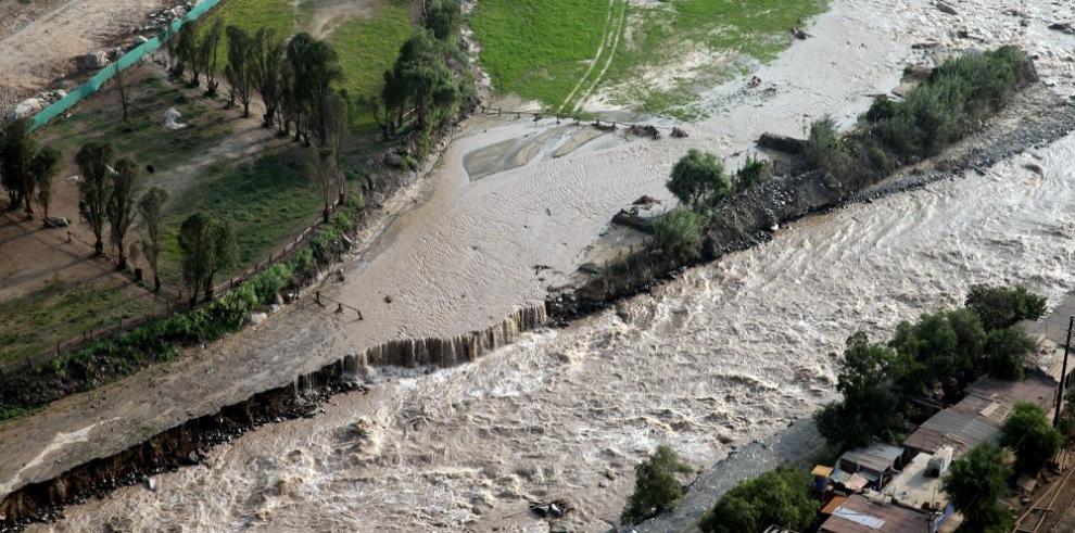 Autoridades evacúan 300 familias de Piura ante peligro de desbordes