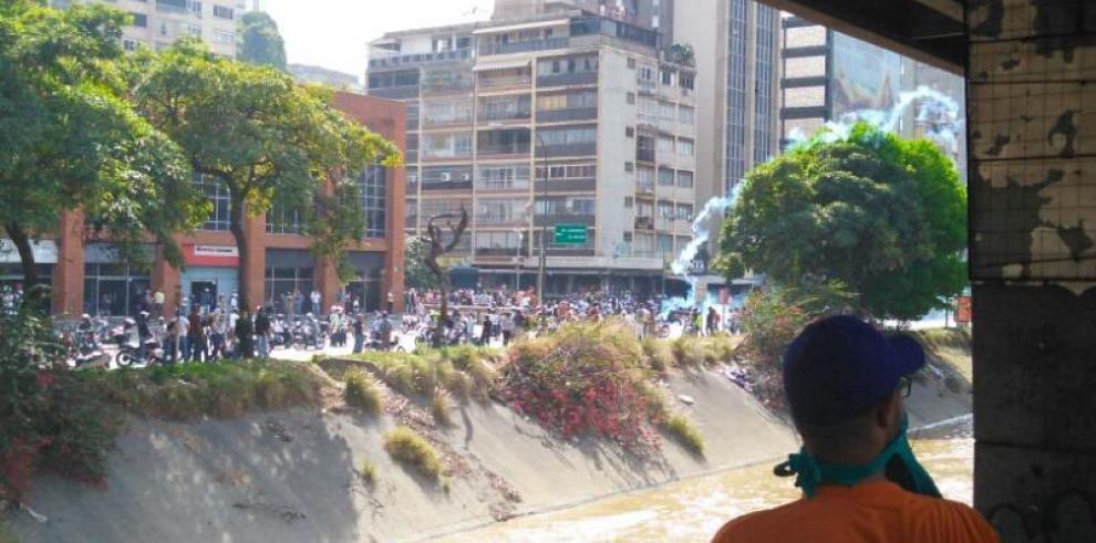 Policía venezolana dispersa con gas lacrimógeno marcha opositora