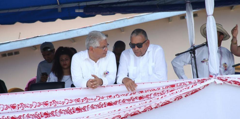 Blandón y diputado Muñoz, juntos en desfile de 4 de Noviembre