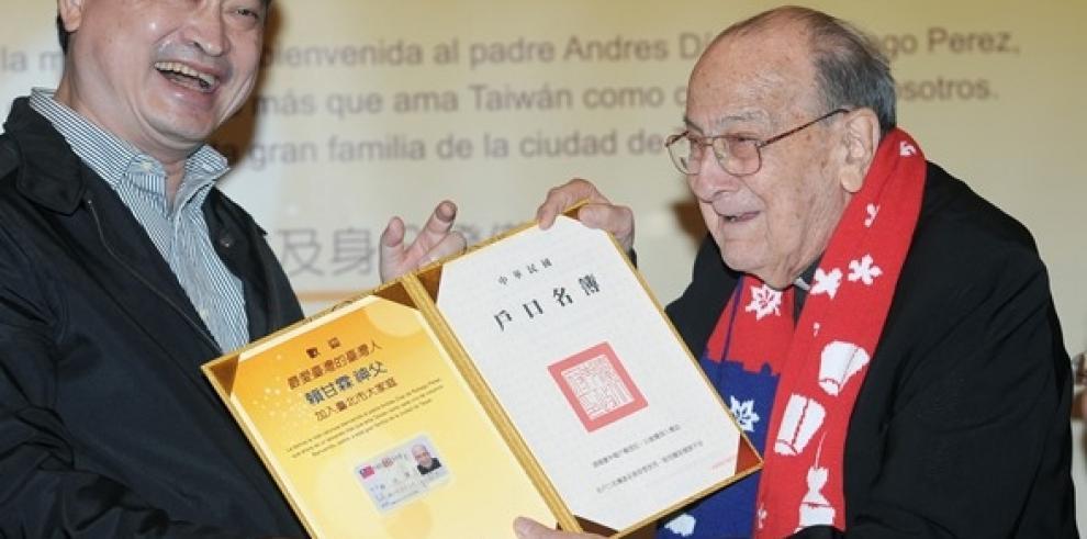 Centenario jesuita español recibe carta de nacionalidad taiwanesa