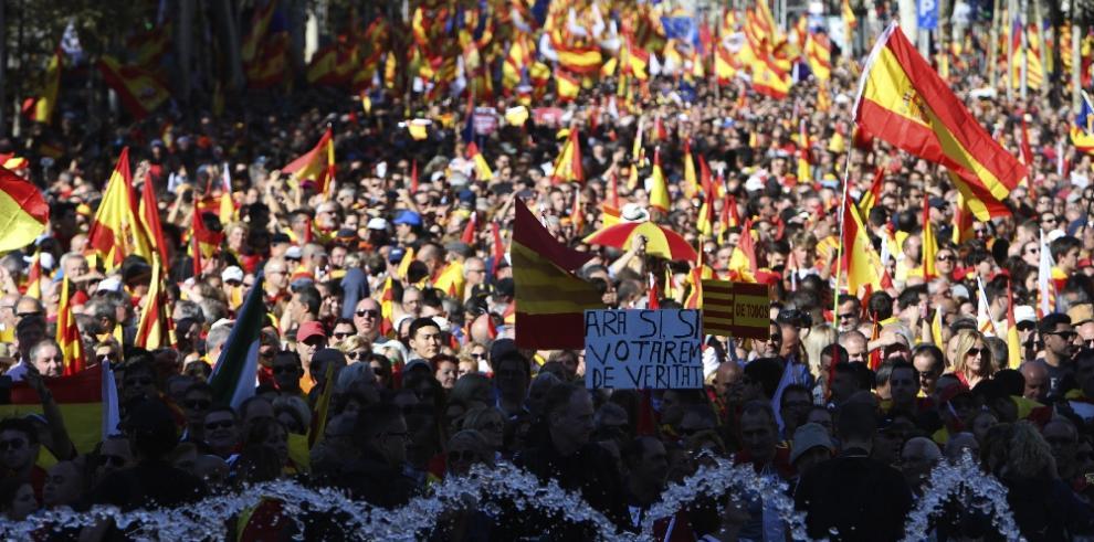 Miles personas marchan en Barcelona contra la declaración de independencia