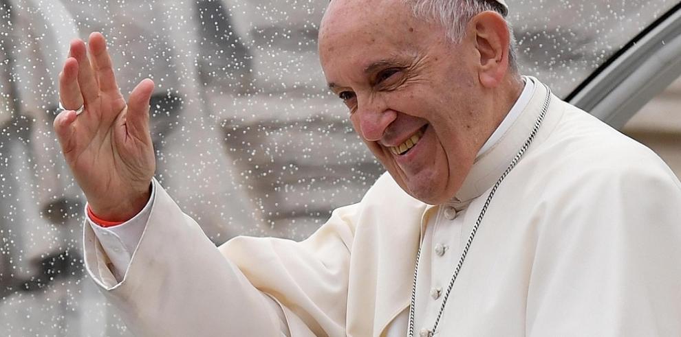 El papa visita por sorpresa un centro de asistencia para pobres en el Vaticano