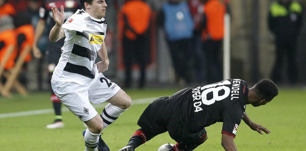 El Leverkusen se deshace tras el descanso y el Monchengladbach remonta