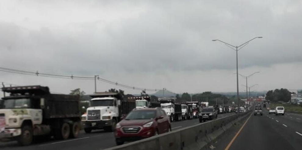 Propietarios de volquetes inician caravana hacia la Presidencia