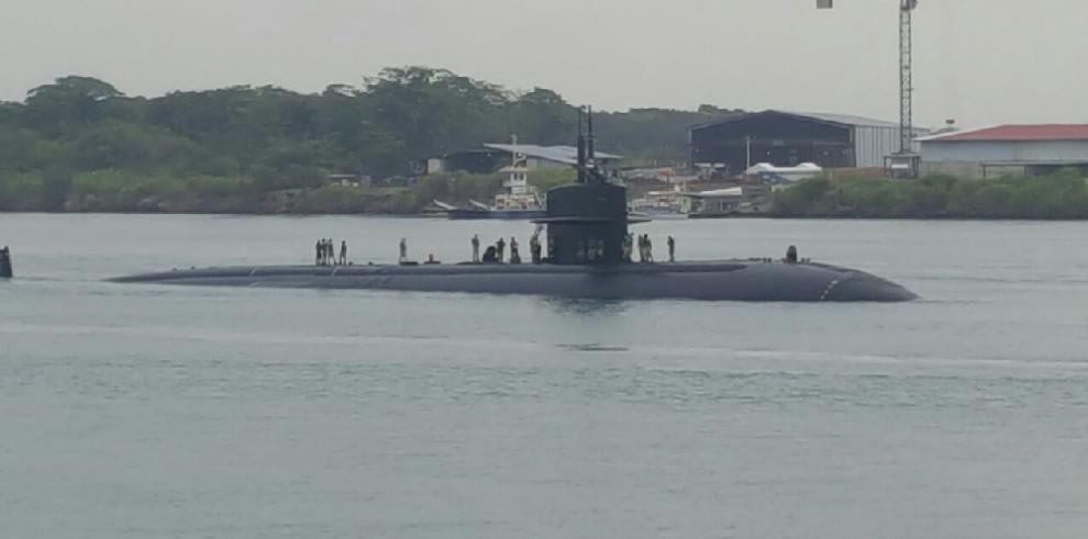 El submarino USS Dallastransita por el Canal de Panamá