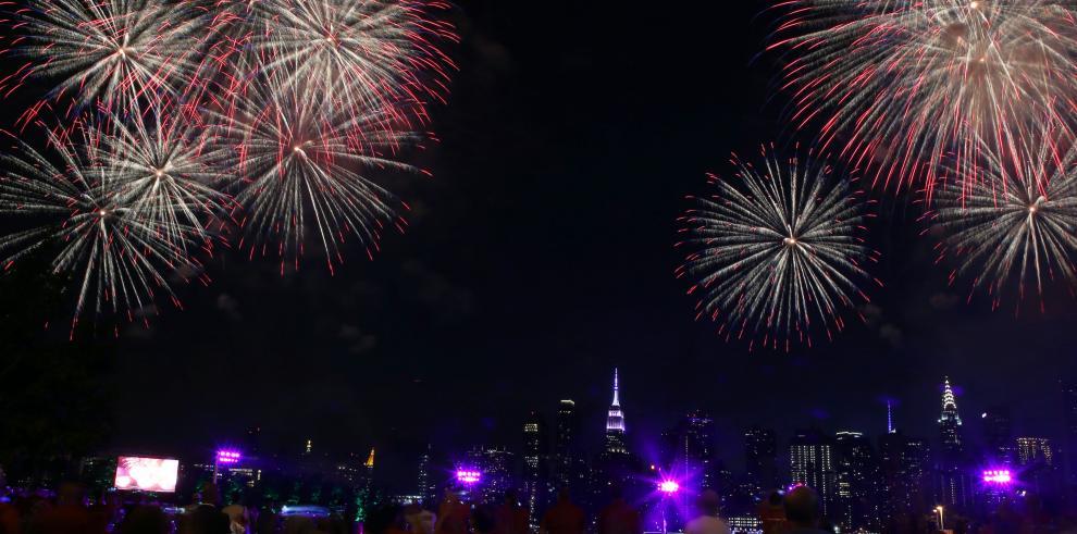 Fuegos artificiales llenaron de colorla noche de Nueva York