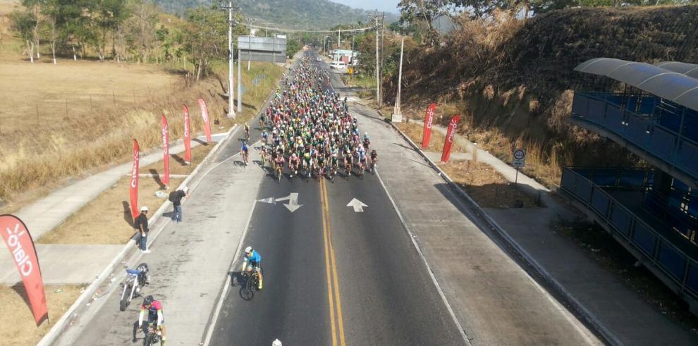 Miles de ciclistas cruzan el istmo entre campeones y celebridades