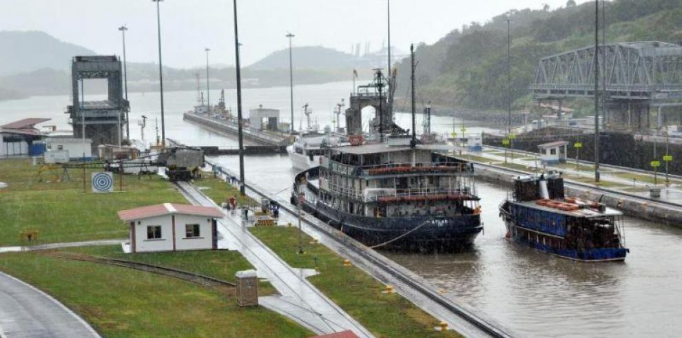 Paneles solares flotantes, una apuesta del Canal de Panamá para ser más verde