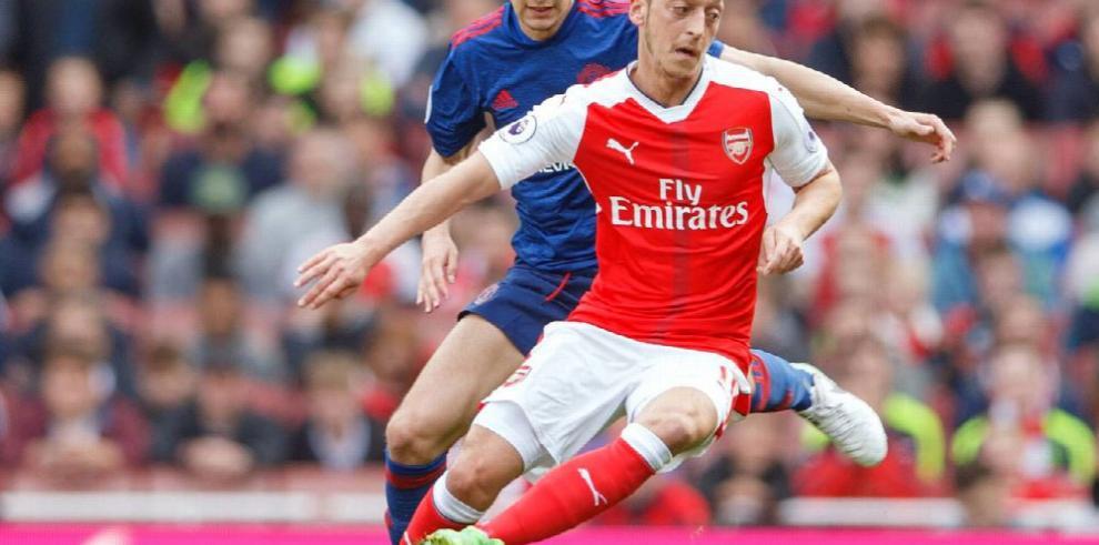 Arsenal le propina un duro golpe al United