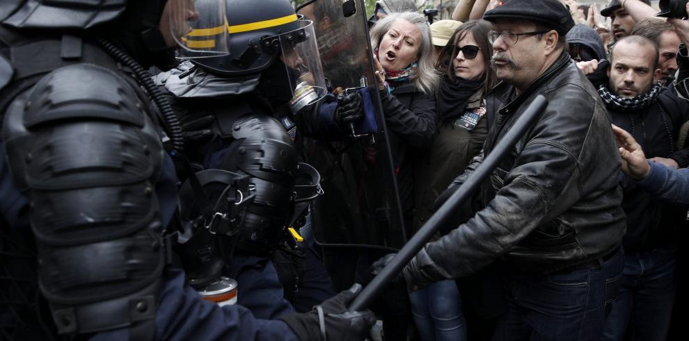 Un millar protesta en París contra el nuevo presidente francés