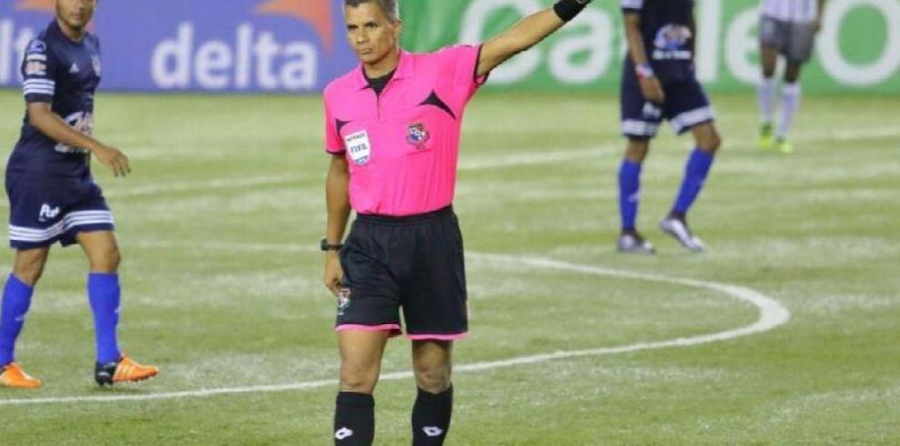 El árbitro panameño John Pitti vive su propia fiesta mundialista